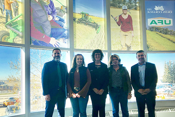 (From left to right) Kevin Hoppins, Board Chair, UFA; Carol Kitchen, CEO, 乌发; Leona Staples, Board Chair, Olds College; Delanie Knull, Student; Stuart Cullum, President, Olds College
